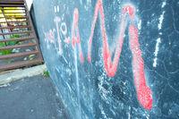 Rote Grafitti Soccer Team auf einer schwarzen Wand