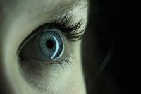 Blaues Auge einer jungen Frau, blue eye of a young woman