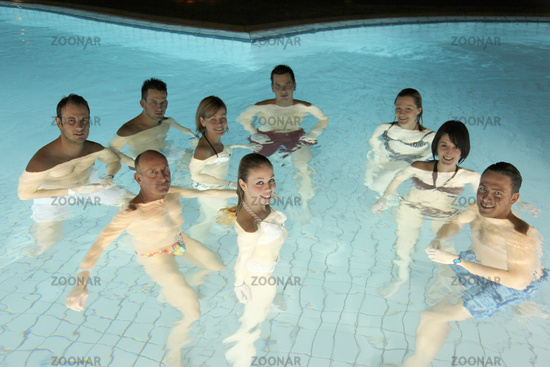 9 Badegaeste bei Nacht im Aquatoll Solebecken Auss