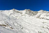 Die schneebedeckten Mischabelhörner mit den Gipfeln Täschhorn