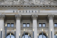 Schriftzug und Relief im Tympanon ueber Hauptportal Bundesrat, Berlin | Lettering and relief in a tympanum above the main entrance to the Bundesrat, Berlin, Germany