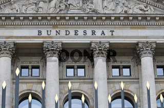 Schriftzug und Relief im Tympanon ueber Hauptportal Bundesrat, Berlin   Lettering and relief in a tympanum above the main entrance to the Bundesrat, Berlin, Germany