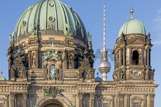 Berliner Dom mit Fernsehturm Alex, Berlin, Deutschland, Europa