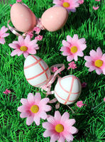 Bunte Ostereier auf einer Blumenwiese
