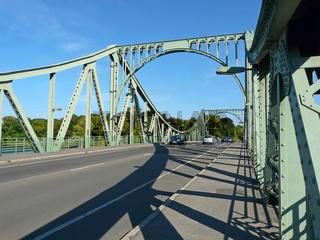 Die historische Glienicker Brücke zwischen Berlin und Potsdam