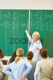 Mathematik Dozentin zeigt die Lösung einer Formel