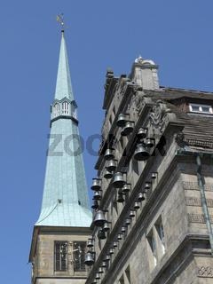 Glockenspiel am Hamelner Hochzeitshaus mit Marktkirche im Hintergrund