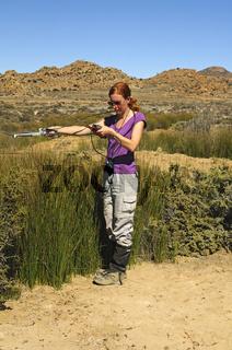 Forscher bei Telemetrierungsarbeiten im Feld