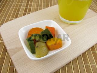 Frisch gekochte Gemüsebrühe mit Hokkaido Kürbis