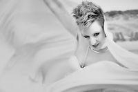 Junge Frau mit weißem Schleier