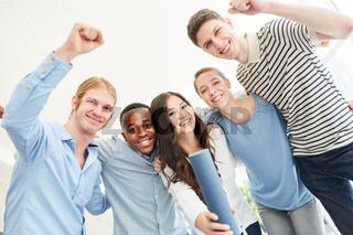 Studenten jubeln über erfolgreichen Abschluss