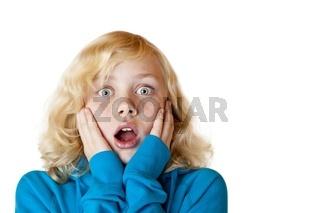 Junges hübsches blondes Mädchen schaut erschrocken in Kamera