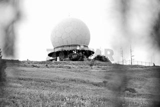 ehemalige Radarkuppel - Radom Wasserkuppe Rhön schwarz-weiss