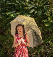 Junges Mädchen Eurasierin mit Sonnenschirm