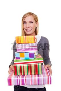 Frau mit Weihnachtsgeschenken