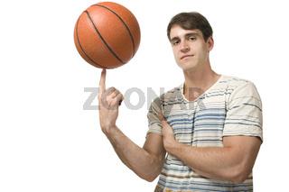 Mann balanciert mit Basketball