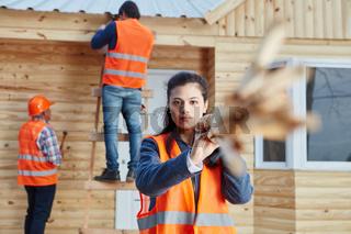 Frau arbeitet als Lehrling auf der Baustelle