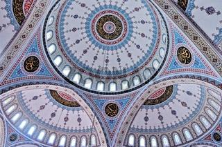 unter den Kuppeln der blauen Moschee in Manavgat
