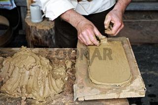 Herstellung einer Biberschwanzdachziegel von Hand