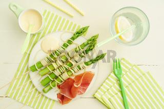 Grünspargel-Spieße mit Spaghetti
