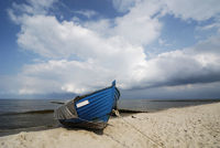 blauer Fischerkahn am Strand