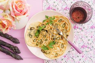 Pfannkuchen mit violettem Spargel