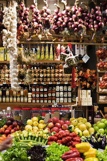 Lebensmittelmarkt in der Markthalle in Florenz, Toskana, Italien / grocery store in the Mercato Centrale in Florence, Toskany, Italy