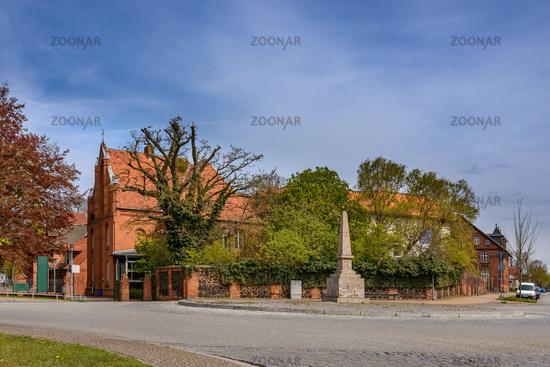 Ludwigslust: Platz des Friedens mit Meilenstein und Bethlehem-Stift