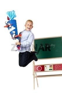 Schuljunge mit Schultüte macht am 1. Schultag Freudensprung
