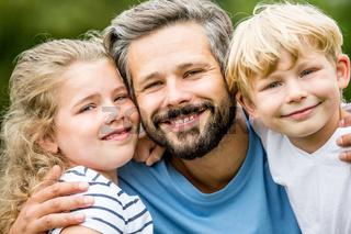 Glücklicher Vater und Kinder