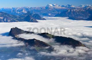 Bürgenstock im herbstlichen Nebelmeer über dem Vierwaldstädter See, bei Luzern, Schweiz