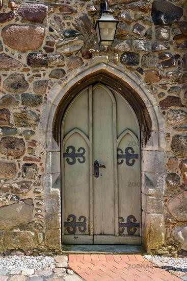 Eingangsportal der historischen Dorfkirche Krummensee