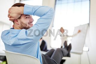 Geschäftsmann im Workshop legt Füße hoch