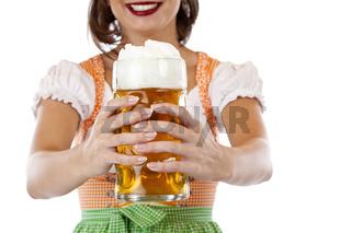 Hübsche junge Frau im Dirndl hält Oktoberfest Masskrug  Bier. Freigestellt auf weissem Hintergrund.