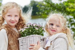 Mädchen helfen beim Blumen pflanzen