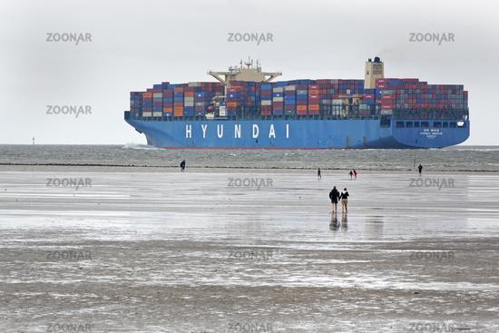 Containerschiff im Wattenmeer, Cuxhaven, Niedersachsen, Deutschland, Europa