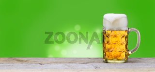 Maßkrug mit Bier aus Bayern zum Oktoberfest in München