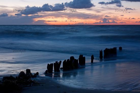 Buhne an der Ostsee bei Heiligenhafen zur Blauen Stunde