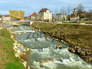 Neu gestalteter Flusslauf der Rems in Schwäbisch Gmünd mit Fünfknopfturm (rechts)