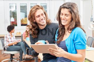 Junger Entrepreneur und Kollegin mit Tablet PC