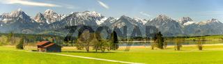 Panorama Landschaft in Bayern mit Berge der Alpen und See im Allgäu