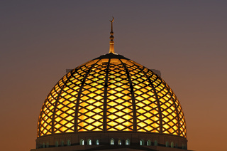 Erleuchtete Kuppel der Sultan Qaboos Moschee