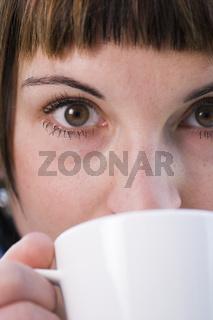Halbes Gesicht mit Tasse