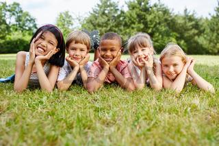 Kinder als Freunde auf einer Wiese