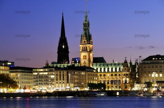 Hamburger Binnenalster mit Rathaus und Nikolaikirche