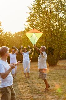 Aktive Senioren lassen Drachen steigen
