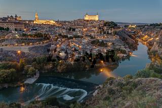 Blick auf Toledo in Spanien in der Dämmerung