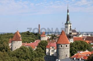 Estland, Tallinn, Panorama der Altstadt mit Olaikirche