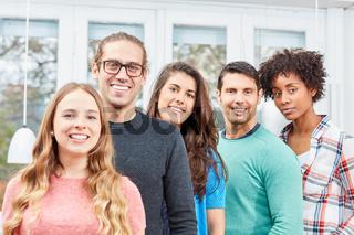 Gruppe junger Studenten als Bürogemeinschaft