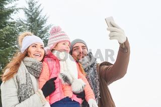 Familie macht Selfie mit dem Smartphone